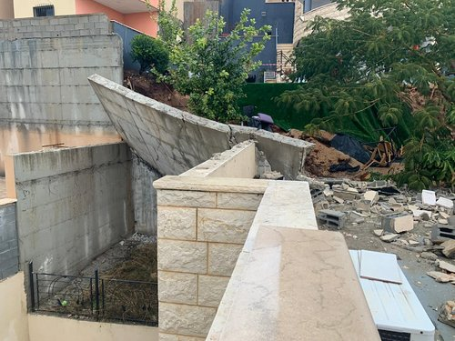 Photo of انهيار جدار ضخم وسقوطه على بيت في كفرمندا