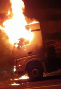 Photo of احتراق شاحنة على شارع رقم 6 بالقرب من مفترق وادي عارة