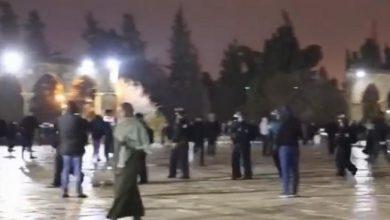 Photo of الشرطة تقتحم المسجد الأقصى ومواجهات مع المصلين