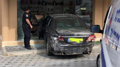 Photo of الطيبة – حادث طرق واحدى السيارات تخترق زجاج احدى المحلات