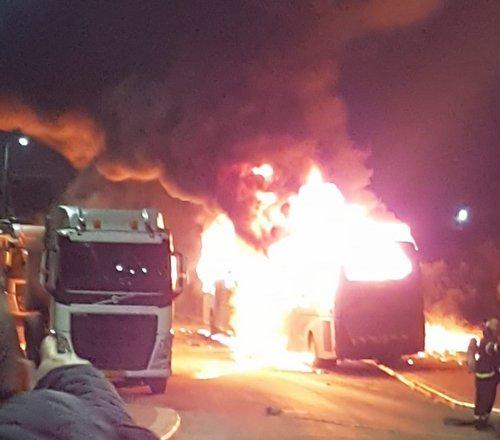 Photo of اشتعال النيران في حافلتين وشاحنة شرقي مدينة الطيبة