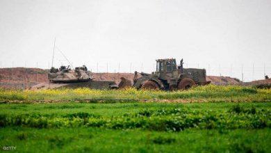 Photo of إسرائيل تقتل فلسطينيا على حدود غزة وتسحبه بالجرافة