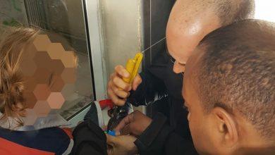 Photo of رجال الاطفاء يخلّصون طفلا علق اصبعه في لعبة