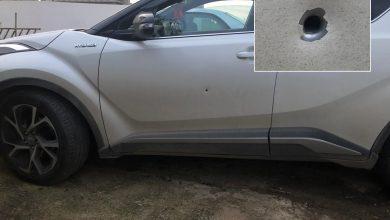 Photo of رصاصة طائشة تخترق سيارة بعد ان خرجت صاحبتها منها بثواني