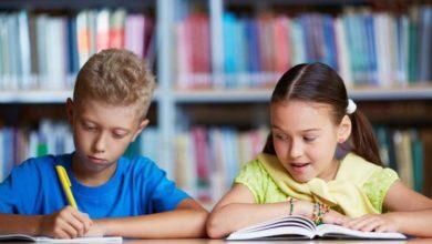 صورة كيف تتعاملين مع غرام طفلك لصديقته في المدرسة؟