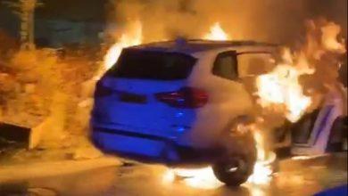 Photo of اشتعال النيران بسيارة رئيس بلدية قلنسوة خلال تواجده بحفل والشرطة تحقق   فيديو
