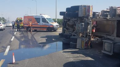 صورة اصابة بانقلاب شاحنة على مفترق ايال