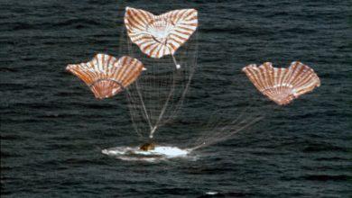 """Photo of لأول مرة منذ 45 عاماً – مركبة """"سبيس إكس"""" تهبط على الماء"""