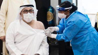 """صورة وزير الصحة الإماراتي يتلقى الجرعة الأولى من لقاح """"كورونا"""""""