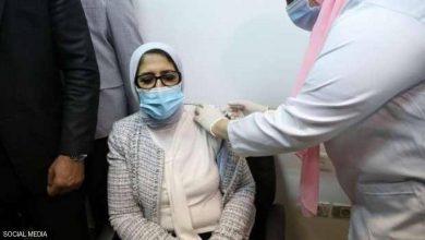 صورة بالصور.. وزيرة الصحة المصرية تتلقى لقاحا ضد كورونا