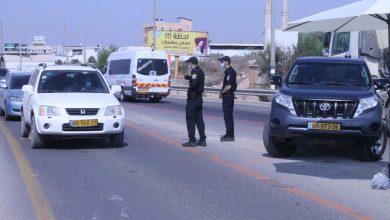 صورة حواجز شرطية في الطيبة، الطيرة، قلنسوة لتطبيق قانون الإغلاق