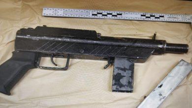 صورة الشرطة الاسرائيلية: القاء القبض على مشتبه به من الطيبة كان يحمل أسلحة في ساحة قريبة من منزله