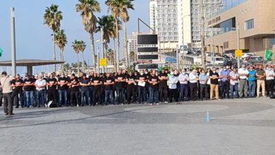 صورة المئات في مظاهرة الحركة الإسلامية أمام سفارة فرنسا بيافا احتجاجًا على الإساءة للإسلام ونبيه