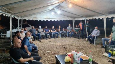 صورة وفد من الحركة الاسلامية يجتمع مع اصحاب الاراضي والمزارعين في خيمة الاعتصام
